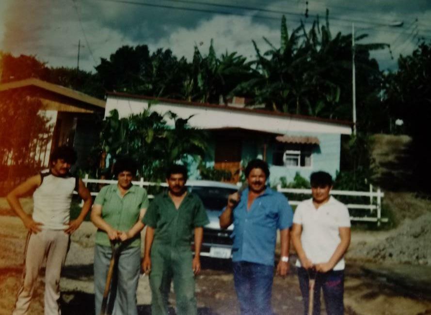 Frente al actual ebais, en aquel entonces dando los primeros palazos para construir el salón comunal de Granadilla
